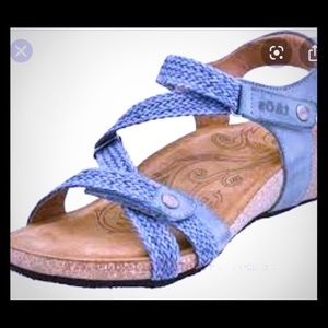 Taos like new blue sandal